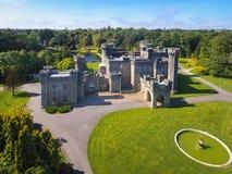 Silhueta do homem de negócio Cowering Castelo de Johnstown condado Wexford ireland imagem de stock