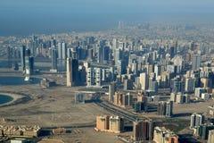 Silhueta do homem de negócio Cowering Dubai, Emiratos Árabes Unidos (UAE) Fotografia de Stock