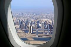 Silhueta do homem de negócio Cowering Dubai, Emiratos Árabes Unidos (UAE) Fotografia de Stock Royalty Free