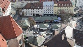Silhueta do homem de negócio Cowering Munich Viktualienmarkt com suas lojas pequenas e tendas Autumn Time video estoque
