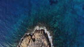 Silhueta do homem de negócio Cowering Ondas que causam um crash de encontro às rochas Ondas do mar em rochas perigosas de uma vis video estoque