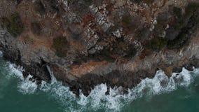 Silhueta do homem de negócio Cowering Ondas que causam um crash de encontro às rochas Ondas do mar em rochas perigosas de uma vis vídeos de arquivo