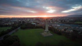 Silhueta do homem de negócio Cowering Parque e Wellington Monument de Phoenix dublin ireland fotografia de stock