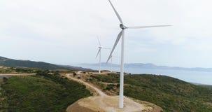 Silhueta do homem de negócio Cowering Turbinas bonitas do moinho de vento, turbinas das energias eólicas Tiro aéreo do zangão 4K  filme
