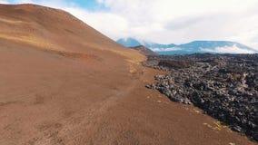 Silhueta do homem de negócio Cowering Turistas na península de Kamchatka Recreação e turismo em Rússia Natureza selvagem vídeos de arquivo