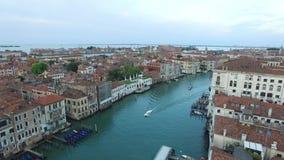Silhueta do homem de negócio Cowering A vila de Marina di Minturno, região Lazio Italy 4K vídeos de arquivo