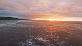 Silhueta do homem de negócio Cowering Voo da praia bonita no por do sol O sol brilha a câmera, reflexões da luz solar vídeos de arquivo