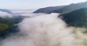 Silhueta do homem de negócio Cowering Voo sobre as montanhas altas em nuvens bonitas Tiro da câmera aérea Areje nuvens vídeos de arquivo