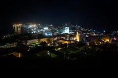 Silhueta do homem de negócio Cowering Voo sobre a cidade de Vladivostok do seacoast, ilha de Russky Tiro da câmera aérea Panorama fotos de stock royalty free