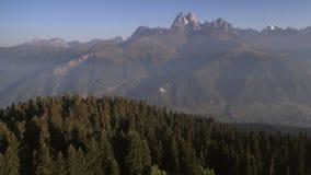 Silhueta do homem de negócio Cowering Voo sobre a floresta verde no vale da montanha em uma manhã ensolarada filme