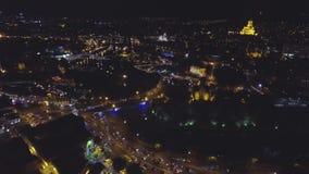 Silhueta do homem de negócio Cowering Voo sobre a noite Tbilisi vídeos de arquivo