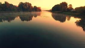 Silhueta do homem de negócio Cowering Voo sobre o rio bonito do verão vídeos de arquivo