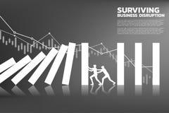 Silhueta do homem de negócios dois que incrementa a queda da parada do dominó com gráfico do fundo ilustração stock