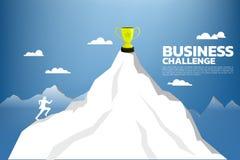 Silhueta do homem de negócios que corre até o troféu do campeão sobre a montanha ilustração stock