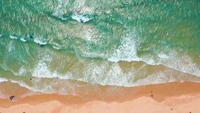 Silhueta do homem de neg?cio Cowering As ondas quebram na praia branca da areia Ondas do mar na praia bonita video estoque