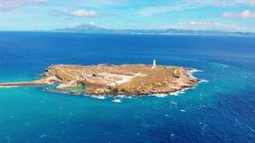 Silhueta do homem de neg?cio Cowering Estreito de Gibraltar, visto do porto de Tarifa No fundo pode ver Marrocos filme
