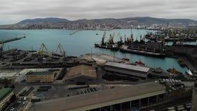 Silhueta do homem de neg?cio Cowering Porto marítimo da exportação e da importação Negócio no mar log?stica e transporte filme