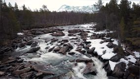 Silhueta do homem de neg?cio Cowering Pouco rio nas montanhas rochosas de pedra, Noruega da cachoeira vídeos de arquivo