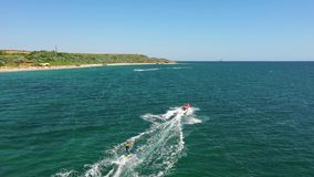 Silhueta do homem de neg?cio Cowering Voo sobre o wakeboarder que surfa atrás do barco no mar Embarque da vigília que surfa atrás video estoque