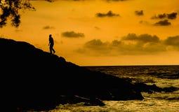 Silhueta do homem de passeio Fotografia de Stock