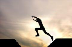 Silhueta do homem de salto fotografia de stock royalty free