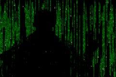 Silhueta do homem em dados digitais verdes O símbolo de um hacker fotografia de stock