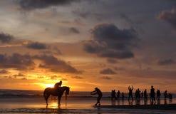 Silhueta do homem em um cavalo Foto de Stock Royalty Free