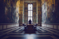 Silhueta do homem em um salão grande imagens de stock royalty free