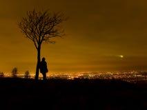 Silhueta do homem estada por Árvore Imagem de Stock Royalty Free