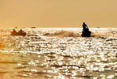 Silhueta do homem no esqui do jato no mar fotografia de stock royalty free