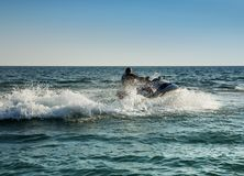 Silhueta do homem no jetski no mar fotos de stock royalty free