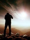 Silhueta do homem no pico afiado Satisfaça o caminhante apreciam a vista imagem de stock royalty free