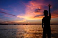 Silhueta do homem no por do sol na praia fotos de stock