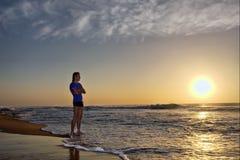 Silhueta do homem novo na praia Fotografia de Stock Royalty Free