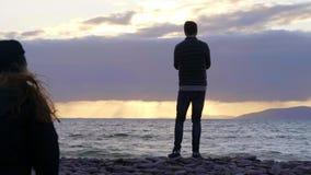 Silhueta do homem novo no luminoso que está na praia filme