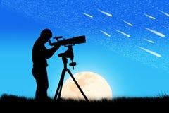 Silhueta do homem novo que olha através de um telescópio Imagens de Stock Royalty Free