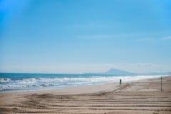 Silhueta do homem que anda para o mar Fotos de Stock Royalty Free