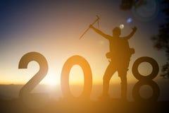 Silhueta do homem que caminha com palavra 2018 no ano novo feliz do conceito superior da floresta das árvores da montanha durante Foto de Stock Royalty Free