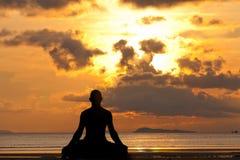Silhueta do homem que faz o exercício da ioga fotografia de stock royalty free