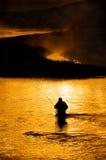 Silhueta do homem que Flyfishing no rio Imagem de Stock Royalty Free