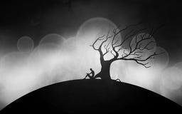 Silhueta do homem que medita sob a árvore Foto de Stock