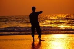 Silhueta do indivíduo no por do sol Imagem de Stock Royalty Free