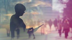 Silhueta do Internet da consultação da mulher no tablet pc de Digitas, metragem da exposição dobro filme