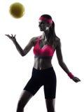 Silhueta do jogador da bola da salva da praia da mulher Fotografia de Stock Royalty Free