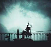 Silhueta do jogador e do Canon da gaita de fole de Nova Orleães fotos de stock royalty free