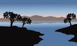 Silhueta do lago e das árvores Fotografia de Stock Royalty Free