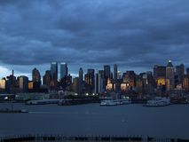 Silhueta do Lower Manhattan no fundo do céu noturno Imagens de Stock
