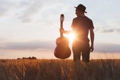 Silhueta do músico com guitarra, música do jogo fotos de stock royalty free