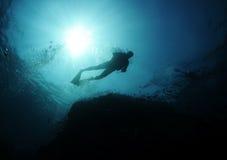 Silhueta do mergulhador fotografia de stock