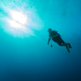 Silhueta do mergulhador com disco do sol Fotografia de Stock Royalty Free